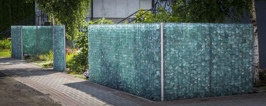 gabioninė tvora su stiklo užpildu